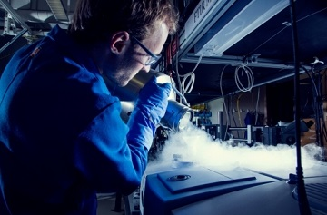 A graduate student works in the lab of John Bowers at UCSB's Institute for Energy Efficiency
